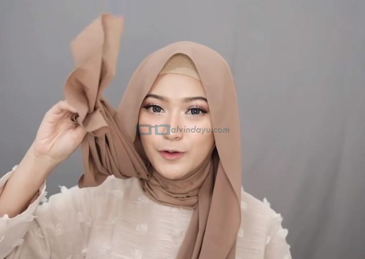 Tutorial Hijab Pashmina Simple Syari untuk Remaja, Buat Salah Satu Sisi Hijab Lebih Panjang