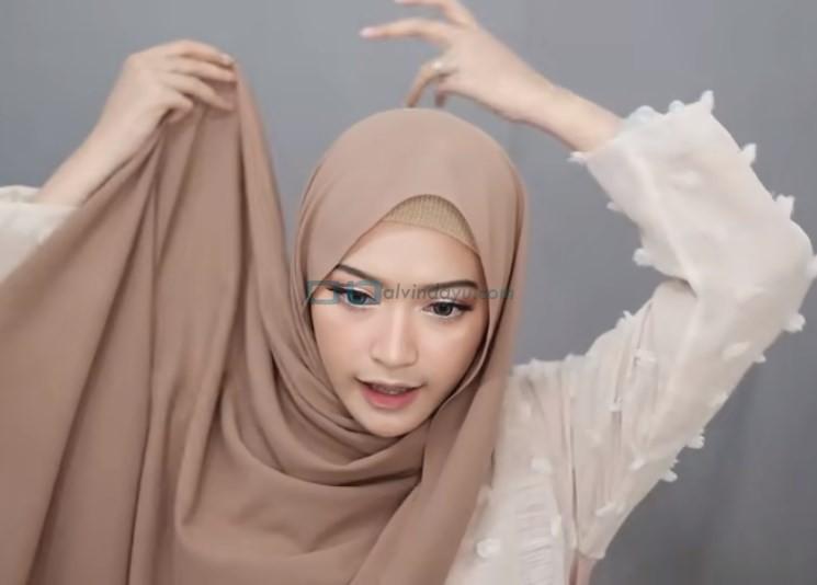 Tutorial Hijab Pashmina Simple Syari untuk Remaja, Tarik ke Belakang Hingga Kembali ke Depan