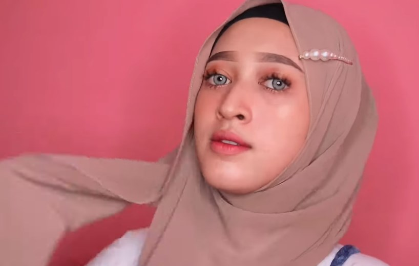 Tutorial Hijab Pashmina Simple dan Mudah Ala Sabyan, Bawa Salah Satu Sisi Hijab ke Belakang
