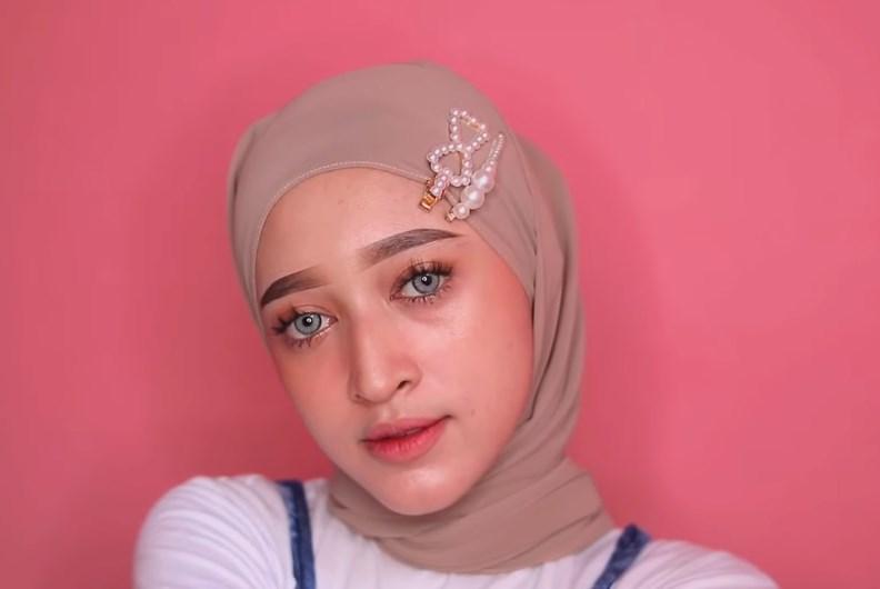Tutorial Hijab Pashmina Simple dan Mudah Kekinian, Gunakan Aksesoris Berupa Jepit Rambut Kekinian