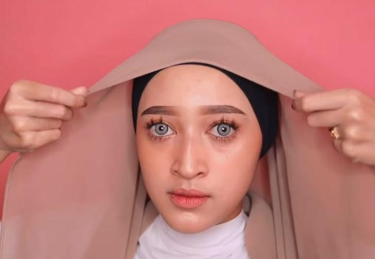 Tutorial Hijab Pashmina Simple dan Mudah Kekinian, Rapikan Hijab Pashmina Agar Sesuai dengan Bentuk Wajah