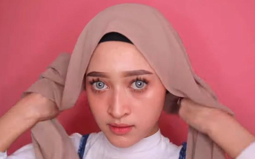 Tutorial Hijab Pashmina Wajah Bulat Simple dan Mudah, Gunakan Inner Hijab dan Rapikan Agar Sesuai dengan Bentuk Wajah