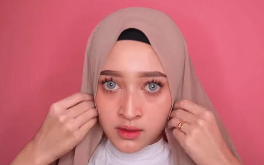 Tutorial Hijab Pashmina Wajah Bulat Simple dan Mudah, Lipat Kedua Sisi Samping Hijab Pashmina
