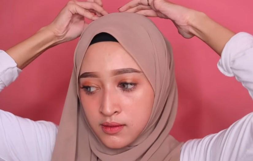 Tutorial Hijab Pashmina Wajah Bulat Simple dan Mudah, Sematkan Jarum Pentul Agar Rapi