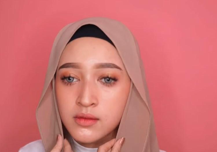 Tutorial Hijab Pashmina untuk Remaja Simple dan Mudah, Rapikan Hijab dengan Menyisakan Sedikit pada Sisi Bagian Luarnya