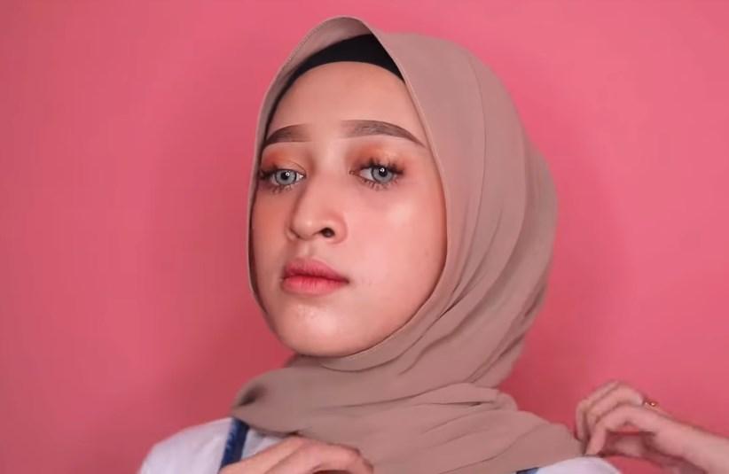 Tutorial Hijab Pashmina untuk Remaja Simple dan Mudah, Silangkan Juga Sisi yang Lainnya ke Belakang