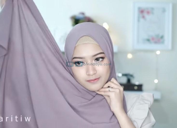 Tutorial Hijab Pesta Elegan Model Pashmina Tanpa Pentul, Bawa Sisi Hijab yang Lebih Panjang ke Atas Kepala