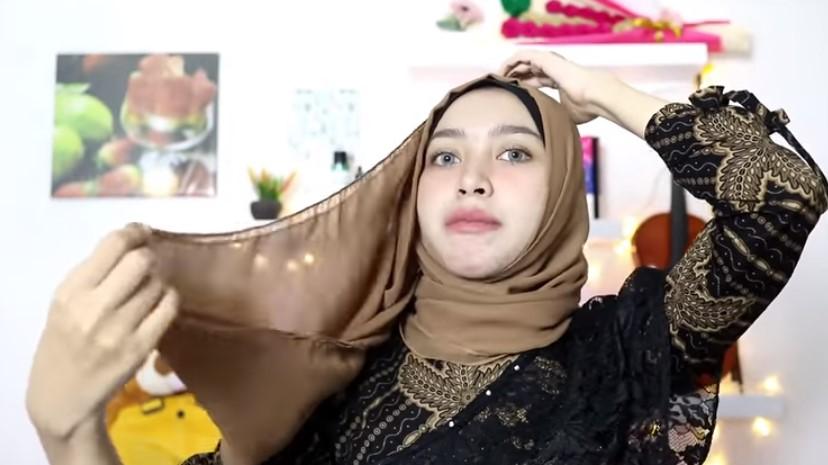 Tutorial Hijab Pesta Elegan Segi Empat, Bawa Juga Sisi Hijab Panjang yang Bagian Atas Keatas Kepala
