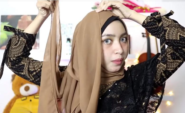 Tutorial Hijab Pesta Praktis Segi Empat, Sematkan Peniti Agar Tetap Rapi