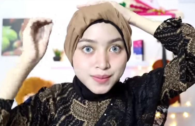 Tutorial Hijab Segi Empat Pesta Model Turban, Bawa Bagian Depan Hijab yang Menggantung ke Belakang