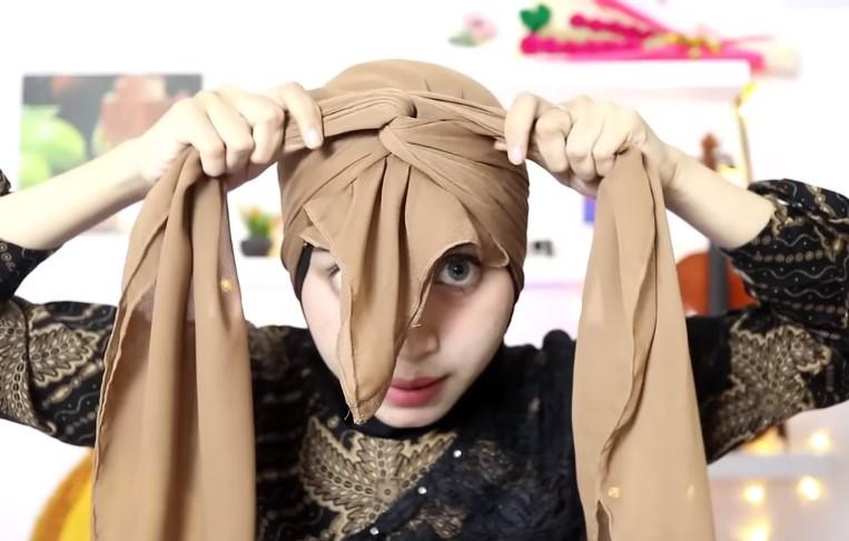 Tutorial Hijab Segi Empat Pesta Model Turban, Ikat dengan Simpul yang Rapi 2