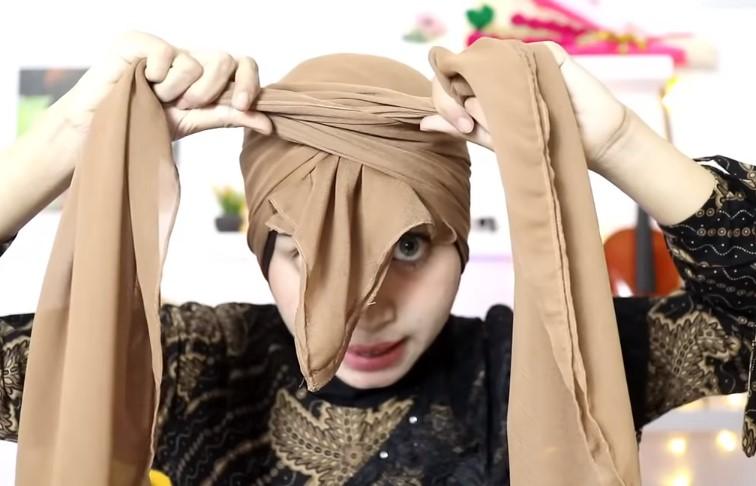 Tutorial Hijab Segi Empat Pesta Model Turban, Ikat dengan Simpul yang Rapi