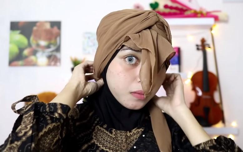 Tutorial Hijab Segi Empat Pesta Model Turban, Masukkan atau Selipkan Sisi Hijab yang Tersisa ke Bagian Dalam