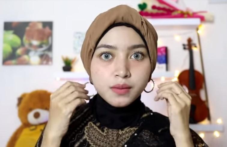 Tutorial Hijab Segi Empat Pesta Model Turban, Pasang Aksesoris Berupa Anting Agar Lebih Cantik
