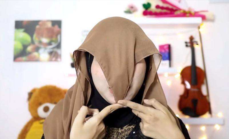 Tutorial Hijab Segi Empat Pesta Model Turban, Pastikan Panjang Hingga di Bawah Dagu