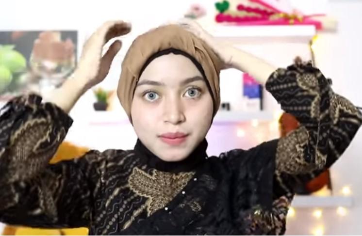 Tutorial Hijab Segi Empat Pesta Model Turban, Sematkan Peniti Agar Rapi