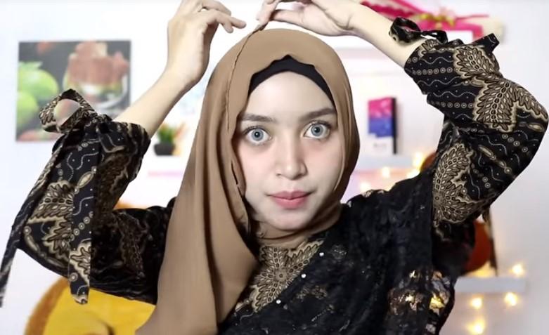 Tutorial Hijab Segi Empat Sederhana ke Pesta, Bawa Keatas Lalu Satukan Kembali Kedua Sisi Hijab yang Sudah Dibentangkan Tadi