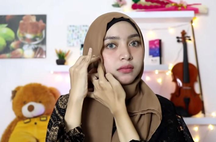 Tutorial Hijab Segi Empat Simple dan Modis Untuk Pesta, Sematkan Peniti Agar Lebih Rapi