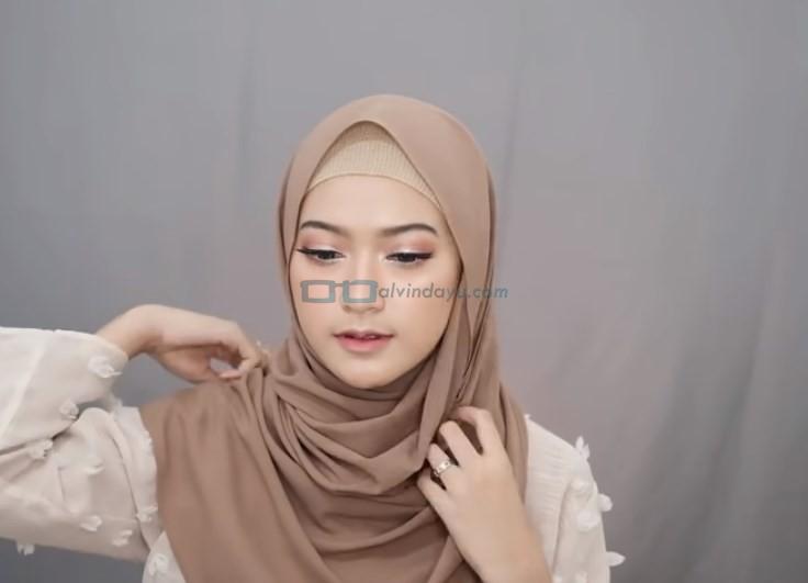 Tutorial Pashmina Simple Menutup Dada Kekinian, Bawa Sisi Hijab yang Panjang ke Atas Bahu Sematkan Jarum Pentul