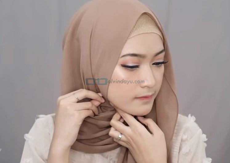 Tutorial Pashmina Simple Menutup Dada Kekinian, Sematkan Jarum Pentul di Salah Satu Sisi Hijab