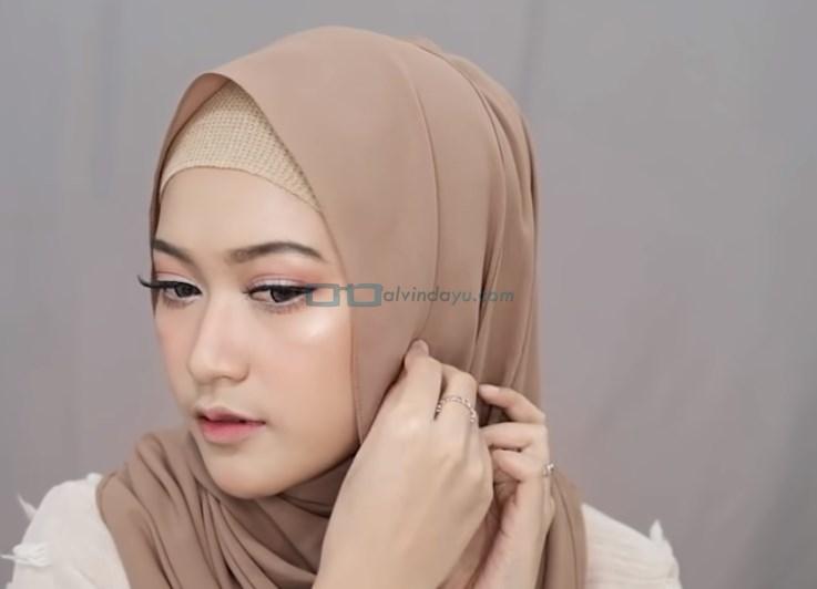 Tutorial Pashmina Simple Menutup Dada Kekinian, Sematkan Peniti di Sisi Samping Hijab