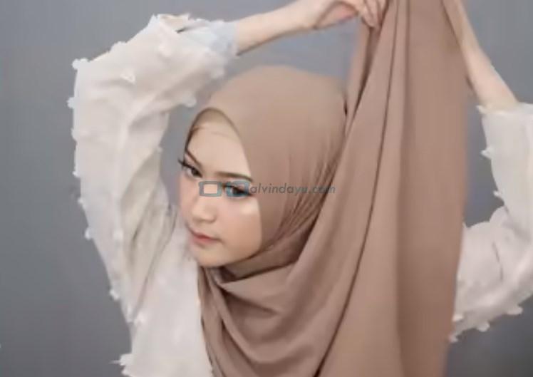 Tutorial Pashmina Simple Syari Modern, Bawa Salah Satu Sisi ke Atas Kepala