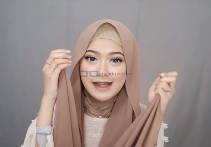 Tutorial Pashmina Simple Syari Modern, Pastikan Kedua Sisi Hijab Sama Panjang