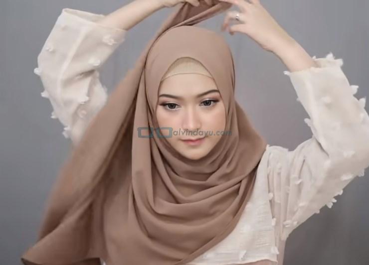 Tutorial Pashmina Syari Simple dan Mudah, Bawa Sisi Hijab yang Lebih Panjang Keatas Kepala