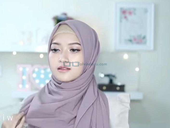 Tutorial HIjab Pashmina Pesta Ala Selebgram, Bawa Kembali Sisi Hijab yang di Belakang ke Depan
