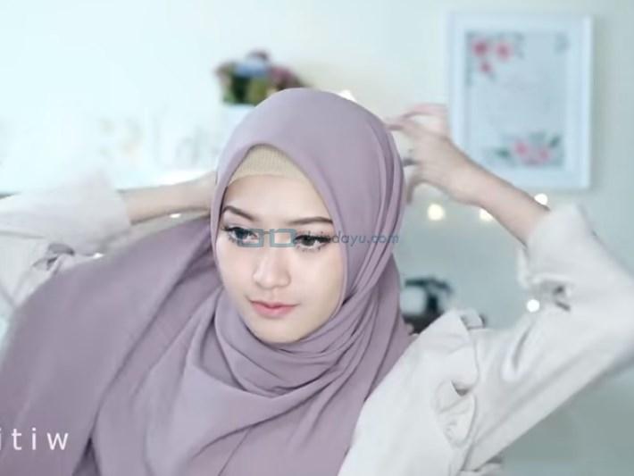 Tutorial HIjab Pashmina Pesta Ala Selebgram, Bawa Sisi Hijab yang Panjang ke Belakang