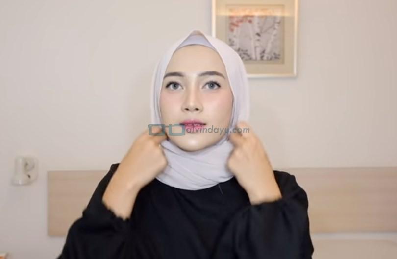 Cara Memakai Hijab Pashmina Simple dan Mudah, Rapikan Hijab Pashmina
