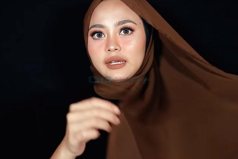 Tutorial Hijab Pashmina Diamond Pesta, Ambil Bagian Bawah Sisi Hijab yang Panjang