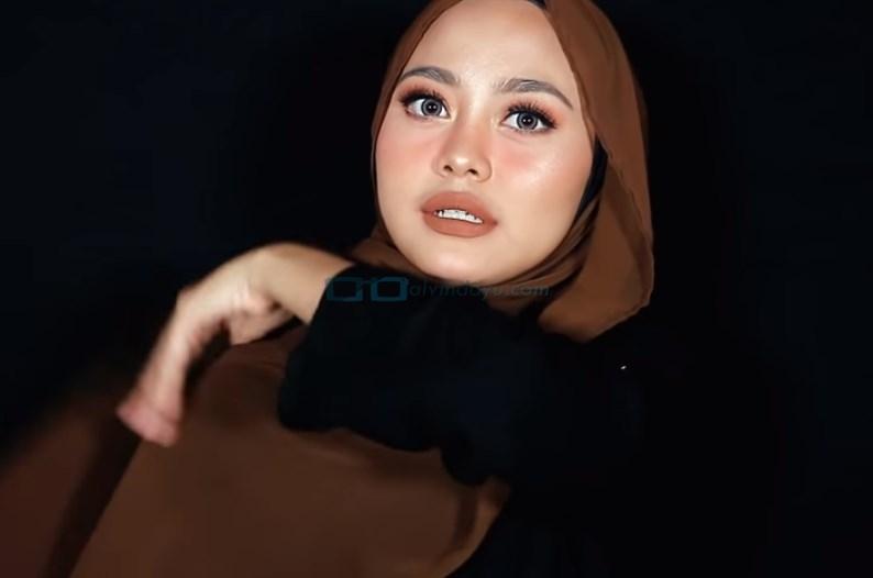 Tutorial Hijab Pashmina Diamond Pesta, Bawa Sisi Hijab yang Panjang ke Atas Bahu