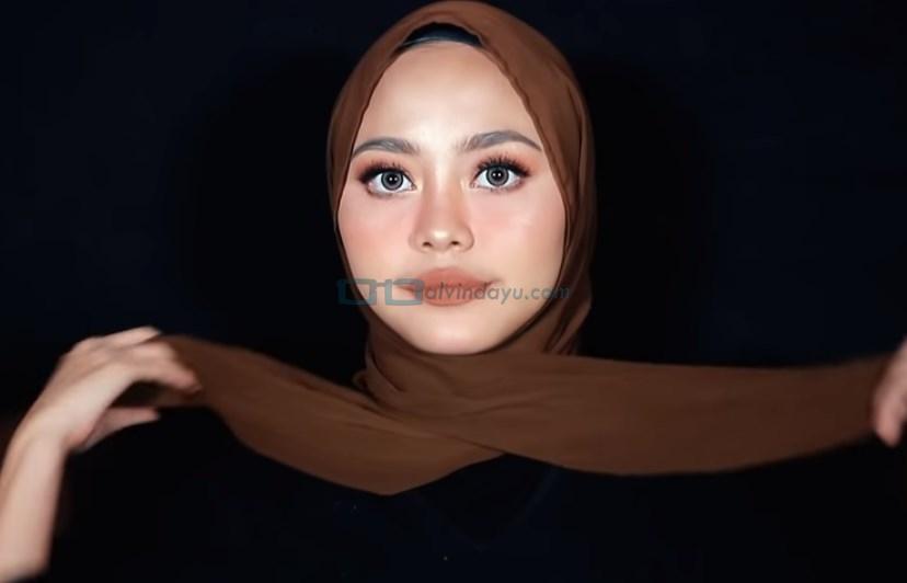 Tutorial Hijab Pashmina Diamond Simple untuk Remaja, Bawa Kedua Sisi Hijab ke Belakang