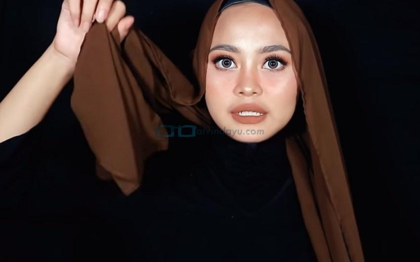 Tutorial Hijab Pashmina Diamond Syari Menutup Dada, Buat Salah Satu Sisi Hijab Lebih Panjang