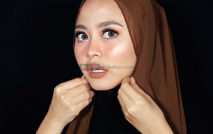 Tutorial Hijab Pashmina Diamond Syari Menutup Dada, Lipat Sedikit Kedua Sisi Hijab Sesuai Bentuk Wajah