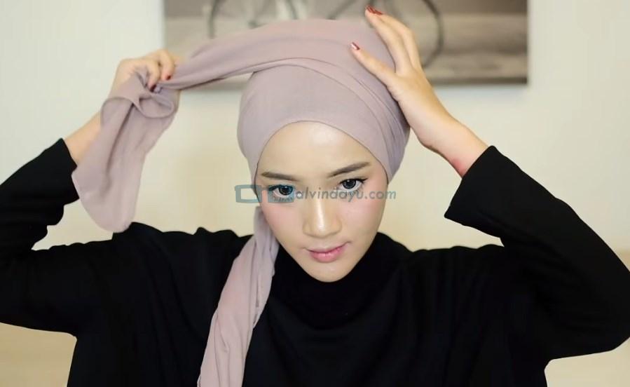Tutorial Hijab Pashmina Diamond Turban, Bawa Salah Satu Sisi Hijab Melingkar Keatas Kepala