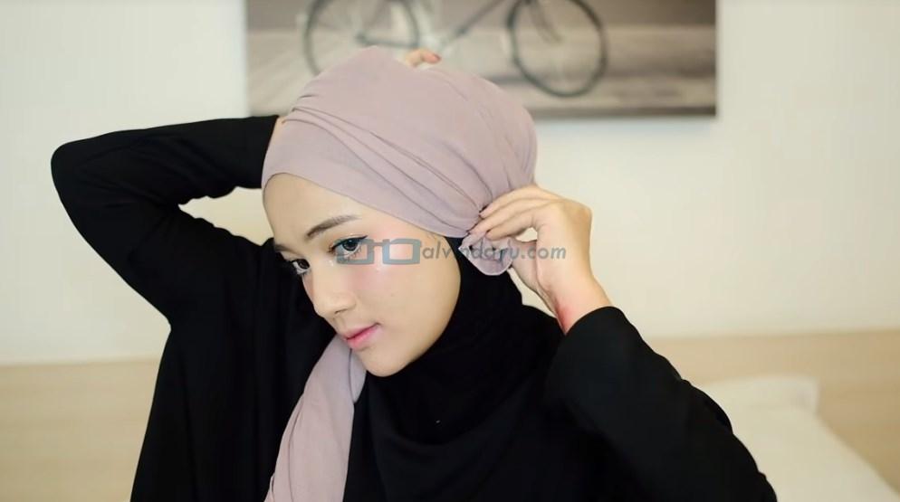 Tutorial Hijab Pashmina Diamond Turban, Rapikan dan Selipkan ke Dalam Hijab Agar Rapi