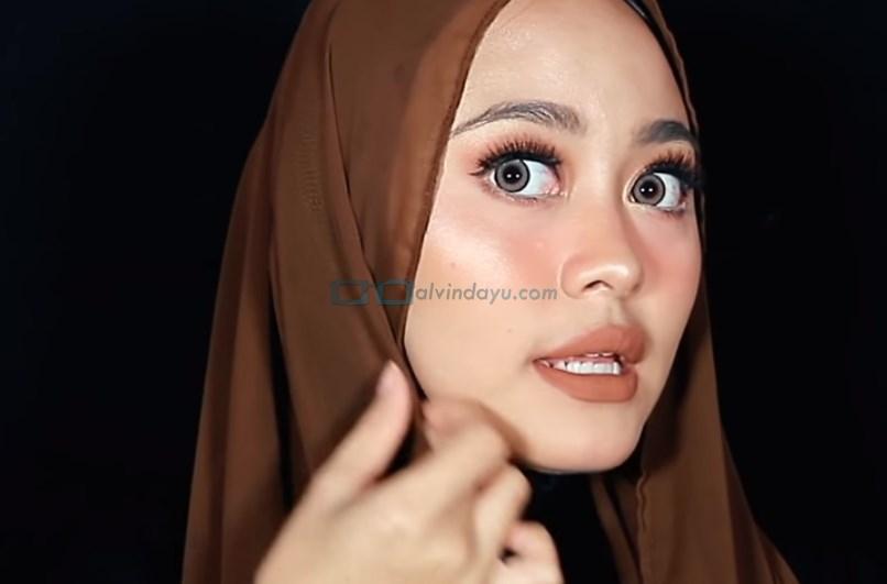 Tutorial Hijab Pashmina Diamond untuk Remaja Kekinian, Lipat Sedikit Sisi Hijab yang Lebih Pendek