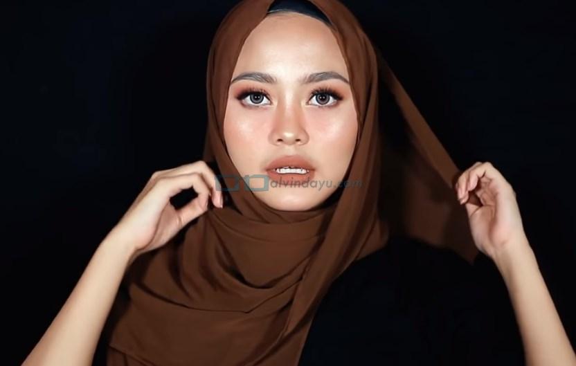Tutorial Hijab Pashmina Diamond untuk Remaja Kekinian, Sematkan Jarum Pentul