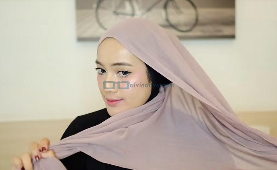 Tutorial Hijab Pashmina Pesta, Buat Hijab Menjadi Satu di Salah Satu Sisi