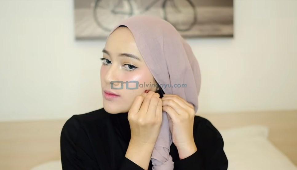 Tutorial Hijab Pashmina Pesta, Sematkan Jarum Pentul Sisi Samping Bawah Rahan Hijab