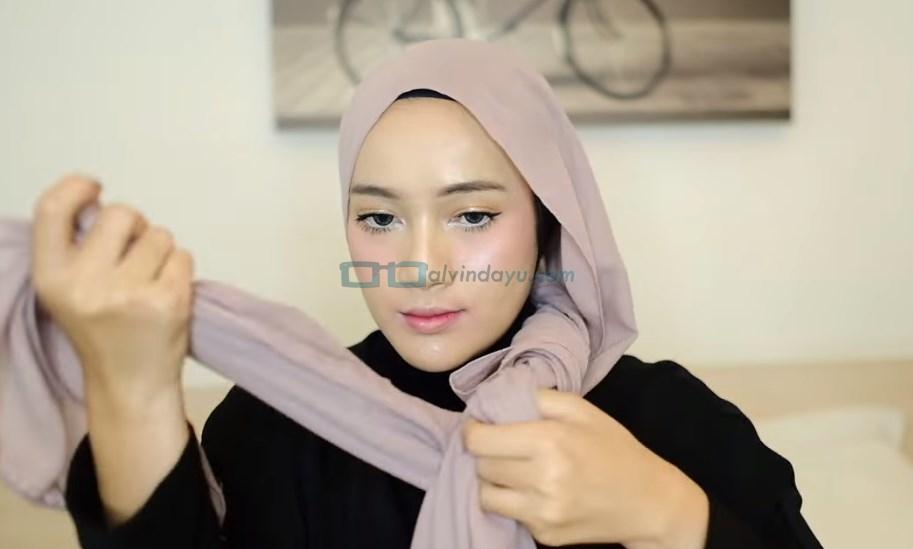 Tutorial Hijab Pashmina Pesta, Silangkan Hijab Lalu Ikat Bagian Ujungnya
