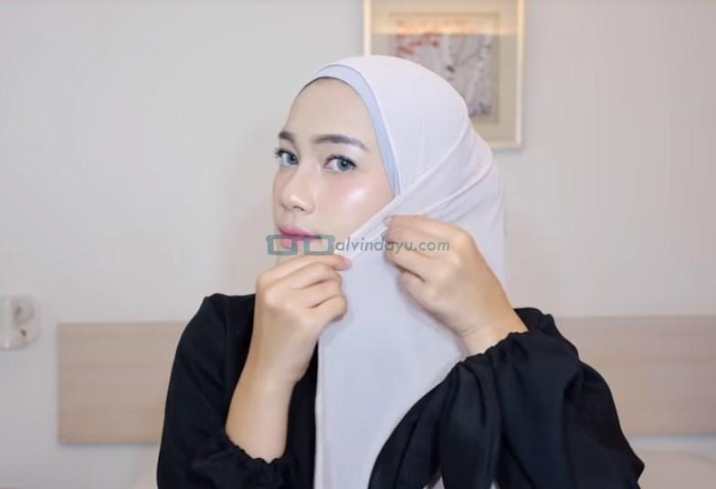 Tutorial Hijab Pashmina Simple Ala Selebgram, Ambil Sedikit Sisi Hijab Lalu Selipkan di Pipi Samping Hijab