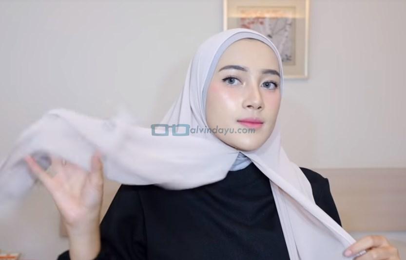 Tutorial Hijab Pashmina Simple Ala Selebgram, Ambil Sisi Hijab yang Lebih Pendek
