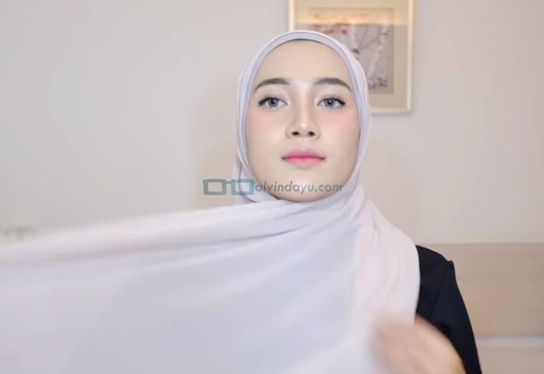 Tutorial Hijab Pashmina Simple Ala Selebgram, Ambil Sisi Hijab yang Panjang