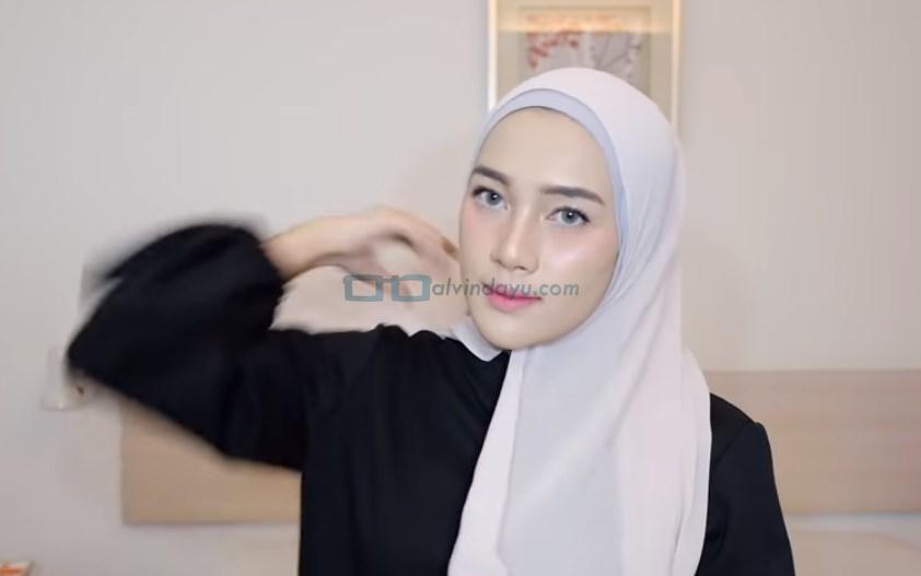 Tutorial Hijab Pashmina Simple Ala Selebgram, Bawa Sisi Hijab Pendek ke Belakang