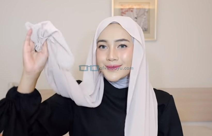 Tutorial Hijab Pashmina Simple Ala Selebgram, Buat Salah Satu Sisi Hijab Lebih Panjang