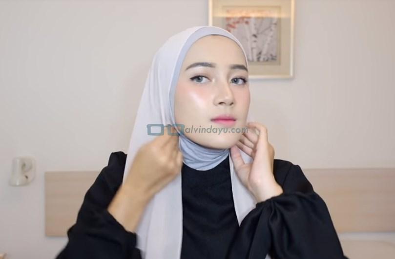 Tutorial Hijab Pashmina Simple Ala Selebgram, Lipat Sedikit Kedua Sisi Hijab Pashmina
