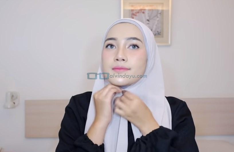 Tutorial Hijab Pashmina Simple Ala Selebgram, Sematkan Jarum Pentul Dibawah Dagu